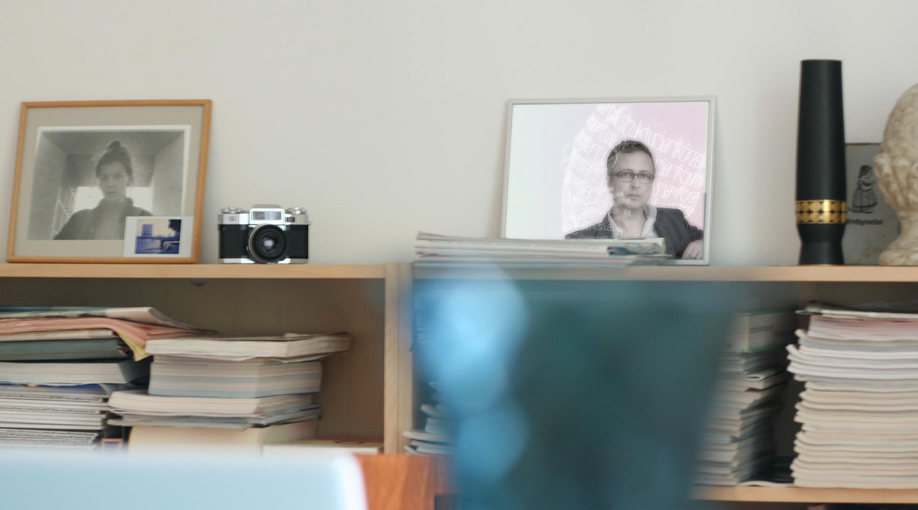 Innenansicht Agentur Bücherregal; Fotografien der Agenturinhaber