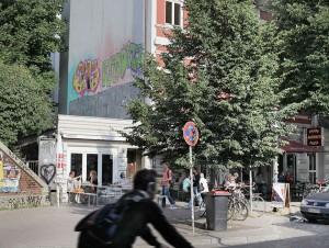 Straßenszene Schanzenviertel; Fahrradfahrer vor Waffelaria