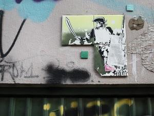 Straßenszene Schanzenviertel; Schulterblatt Kachel-Kunst an einer Wand, Piraten-Motiv