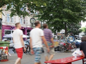 Straßenszene Schanzenviertel; Schulterblatt 3 Männer in kurzen Hosen