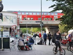 Straßenszene Schanzenviertel; Schulterblatt mit BLick auf die S-Bahn Brücke