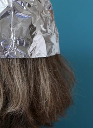 Flyer Motiv Verschwörungstheorien; Frau mit Alu-Kappe