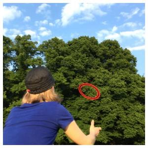 Frisbee auf der großen Wiese im Altonaer Volkspark