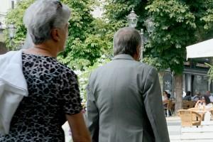 Senioren in Baden-Baden, im Anschnitt von hinten aufgenommen, im Hintergrund ein Cafe