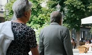 Senioren in Baden-Baden, im Anschnitt von hinten aufgenommen