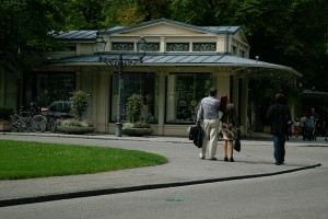 ein solventes Paar vor den Kurhaus Kolonnaden in Baden-Baden