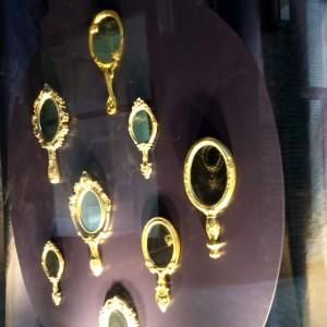 goldene Spiegel im Fenster während der Zwischennutzung der Stadthöfe an der Stadthausbrücke, Hamburg