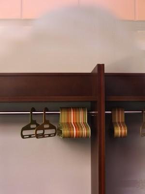 leere, Kleiderbügel an einer schlichten 70er Jahre Garderobe aus Holz