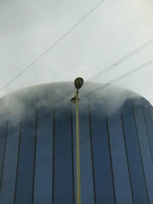 ein Kessel der Dampf ablässt