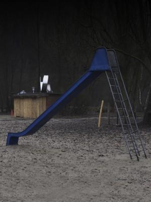 Kinderrutsche vor sehr düsterem Hintergrund, eine gespenstische Atmosphäre