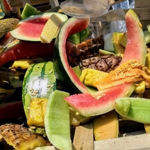 Schalen von aufgegegessenen Melonen, fast wie ein Stilleben