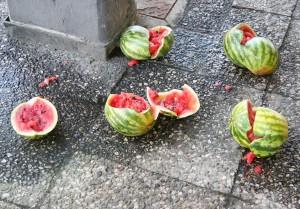 zerschlagene Melonen auf dem Asphalt