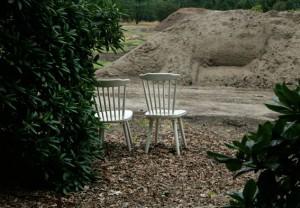 zwei Holzstühle am rande einer Baumschule im Hamburger Klövensteen