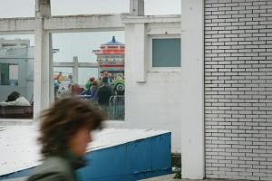 Standpromenade im belgischen Badeort Ostende, Frauenkopf vor Jahrmarkt