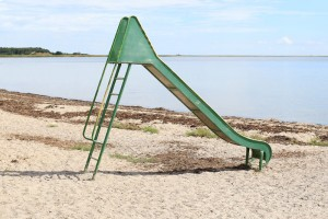 eine Rutsche am Strand in Maasholm, Foto in der Tradition von Luigi Ghirri