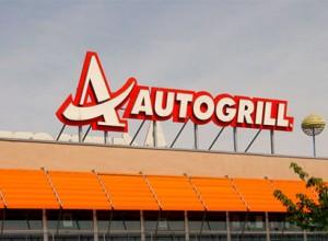 Autogrill Leuchtreklame über einer italienischen Autobahnraststätte