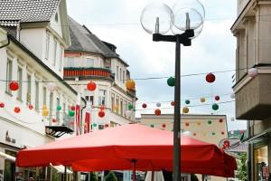 bunte Ballon Ketten in einer Kleinstadt Schleswig