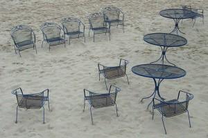 malerische Metallstühle am Strand von Sellin auf der Insel Rügen