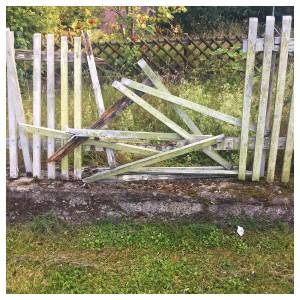 ein zerfallener einfacher Holzzaun, malerisch