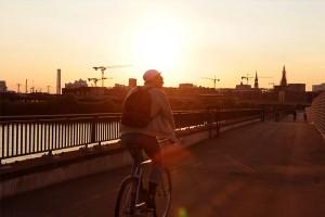 mit dem Fahrrad der Freiheit entgegen auf der Hochwasserschutzanlage Großmarkt