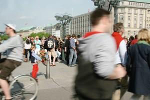 ein kleiner Junge trägt einen Kinder-Elchkopf stolz über die Schleusenbrücke in Hamburg