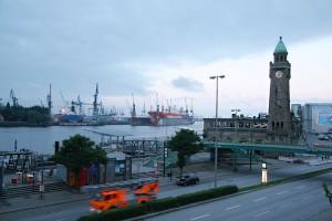 die Hamburger Landungsbrücken mit einem Feuerwehrauto